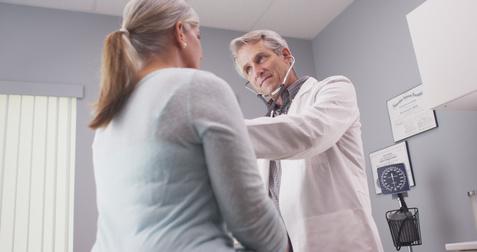 Arzt untersucht Frau